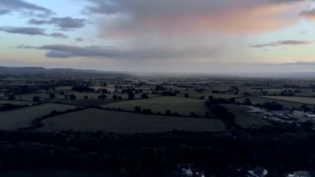 stockvideo's en b-roll-footage met luchtfoto, pannen verplaatsen. dramatische zonsondergang 360 panorama over kleine stad, tarvin in cheshire. - regen zon