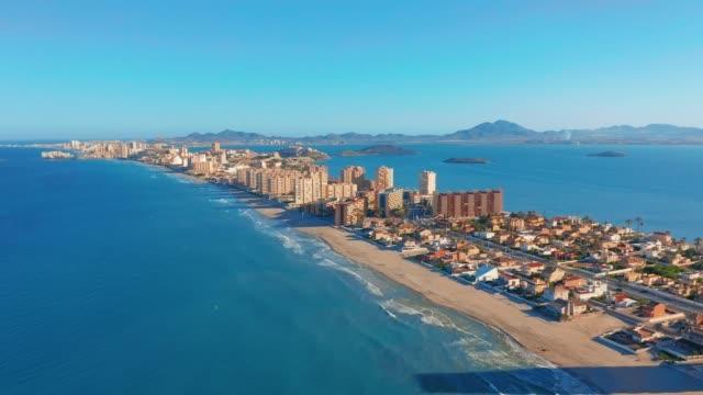 Luchtfoto. Panoramisch uitzicht La Manga del Mar Menor, Cartagena, Murcia, Spanje video