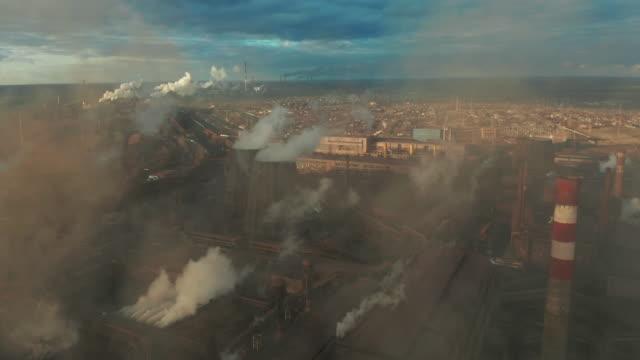 stockvideo's en b-roll-footage met luchtfoto. pijpen die rook in de hemel werpen - luchtvervuiling