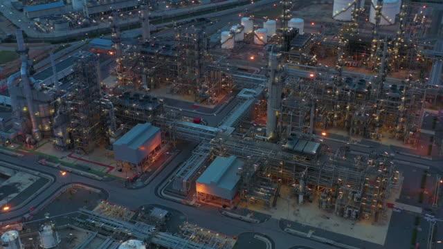 vídeos y material grabado en eventos de stock de planta de refinería de vista aérea por la noche, vista aérea 4k por la noche. - imperfección