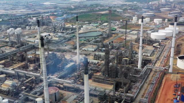 vídeos y material grabado en eventos de stock de planta de refinería con vista aérea - imperfección