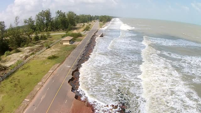 vídeos de stock, filmes e b-roll de vista aérea estrada destruir a estrada de asfalto de ondas do mar. - erodido