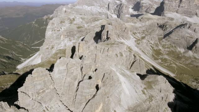 vídeos y material grabado en eventos de stock de vista aérea rock stone mountain - terreno extremo