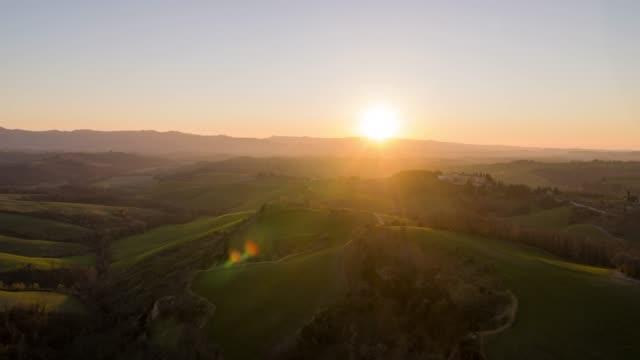 havadan görünüm rolling hills toskana - toskana stok videoları ve detay görüntü çekimi