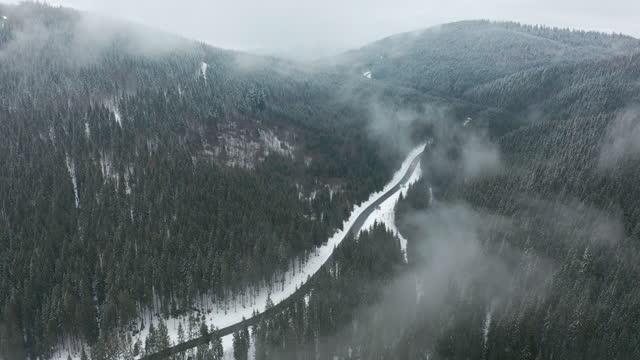 widok z lotu ptaka. malowniczy górski krajobraz w zimowy dzień, mgła w niskich obszarach. - mountain top filmów i materiałów b-roll