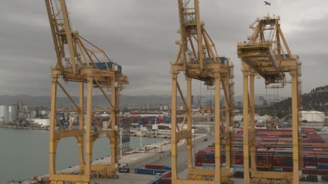 Luftbild. Seehafen und Verladestationen im Hafen mit Kränen und bunten Frachtcontainern – Video