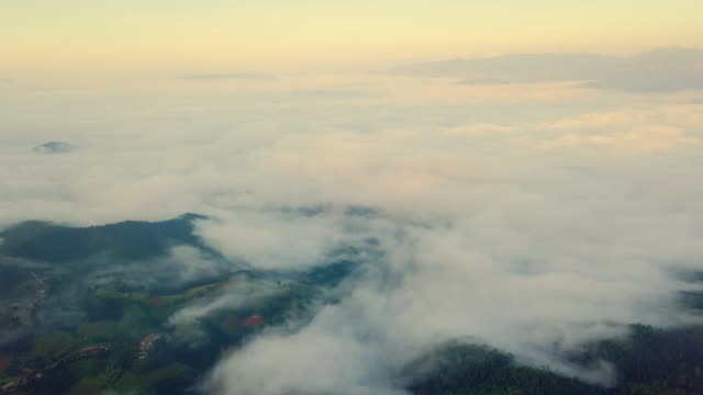 vídeos de stock e filmes b-roll de aerial view shot in the morning with sea fog over mountain at countryside in north thailand - multicóptero