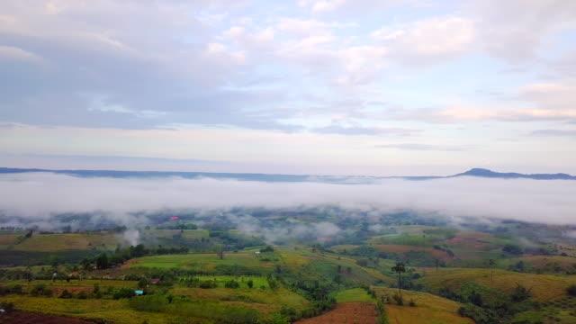 vídeos de stock, filmes e b-roll de vista aérea de um tiro de manhã com névoa do mar montanha na zona rural em tailândia do norte - multicóptero