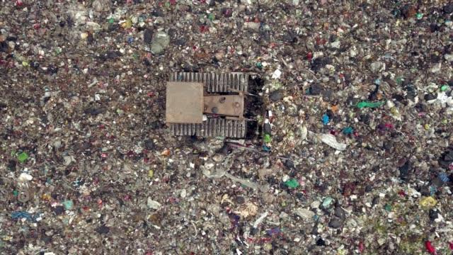 stockvideo's en b-roll-footage met luchtfoto schot van vuilnis dump stortplaats - broeikasgas