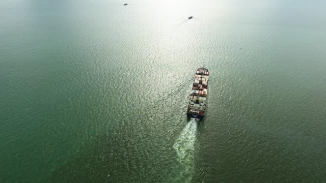 vídeos de stock, filmes e b-roll de vista aérea tiro a faixa de quintal de navio porta-contentores de carga no oceano. - navio tanque embarcação industrial