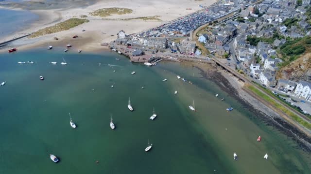 Vue aérienne, déplacement latéral. Panorama de drone sur mer, port, plage et centre-ville de Barmouth, pays de Galles - Vidéo