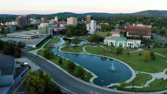 aerial view güney abd huntsville alabama downtown city center üzerinde - alabama stok videoları ve detay görüntü çekimi