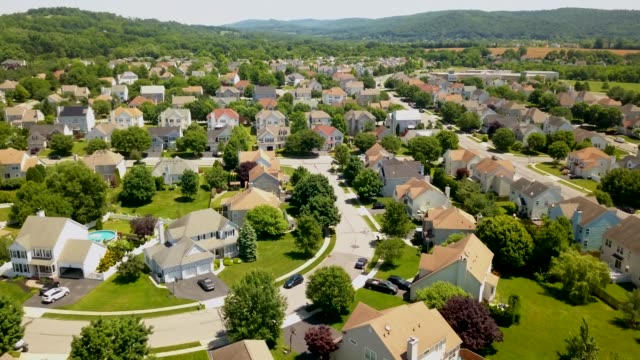 vídeos de stock e filmes b-roll de aerial view suburban neighborhood 4k - suburbano