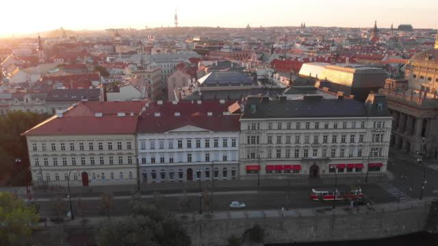 空撮、日の出、ヴルタヴァ川のプラハ - チェコ共和国点の映像素材/bロール