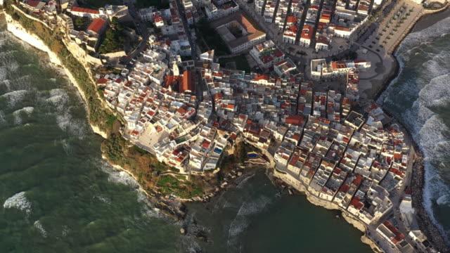 Luftbild Sonnenaufgang der schönen Stadt Vieste – Video