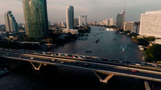 veduta aerea taksin ponte sul fiume chao phraya - fiume chao phraya video stock e b–roll