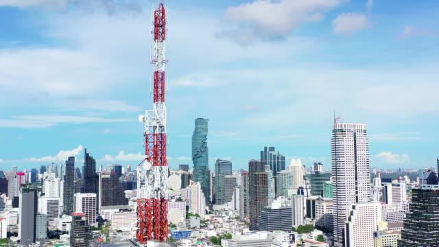 vista aerea torre delle telecomunicazioni 5g internet of things e smart city - frequenza video stock e b–roll