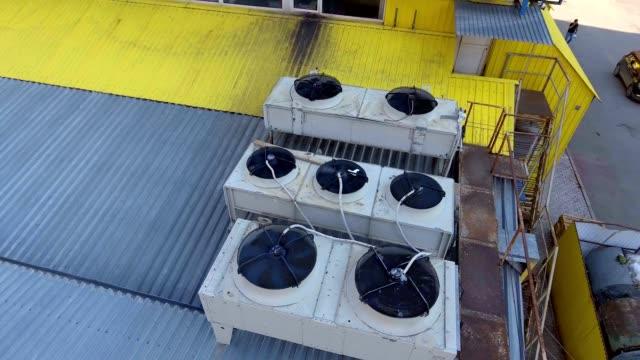 flygvy. den gamla luftkonditionerings-och ventilationssystem på taket av gallerian. - ventilation bildbanksvideor och videomaterial från bakom kulisserna