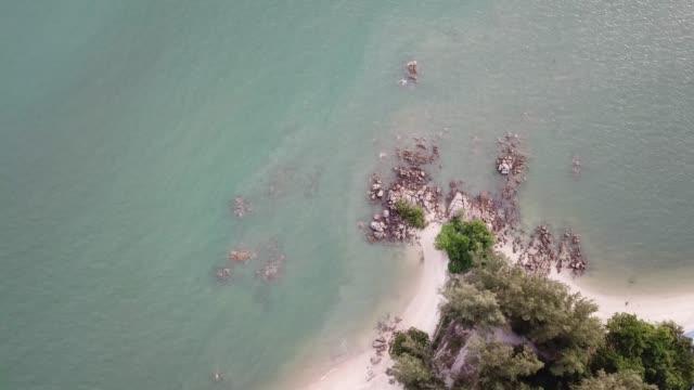 vidéos et rushes de vue aérienne sur la côte rocheuse près de sungai batu - mer d'andaman