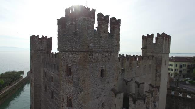 vídeos de stock, filmes e b-roll de vista aérea. o castelo scaliger em sirmione. lago garda, itália. o 4k. - castelo