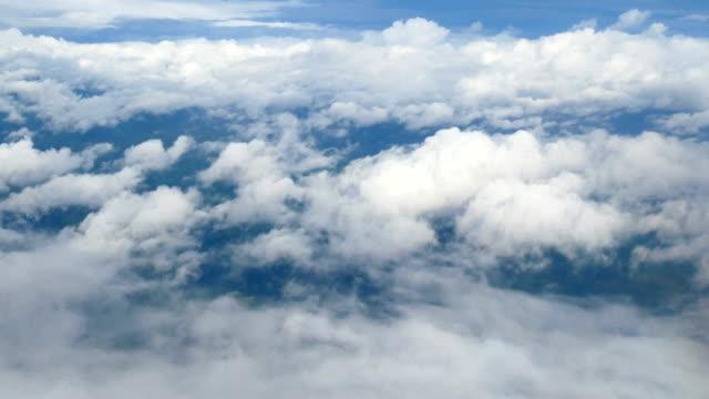 飛行機の窓から 4 k. [上空表示。青い空を背景に白い雲が美しい。空の旅。 - ふわふわ点の映像素材/bロール