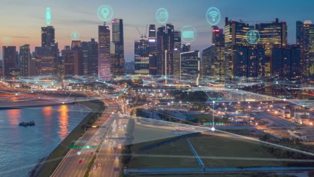 flygfoto tidsfördröjning av singapores skyline med nätverksanslutningar linje. sakernas internet och smart stadskoncept, teknik-futuristiskt koncept - datornätverk bildbanksvideor och videomaterial från bakom kulisserna