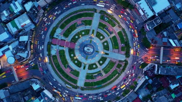 vidéos et rushes de vue aérienne temps déchéance route rond point avec beaucoup de voiture, la circulation routière vue aérienne dans la ville pendant la nuit. - rond point