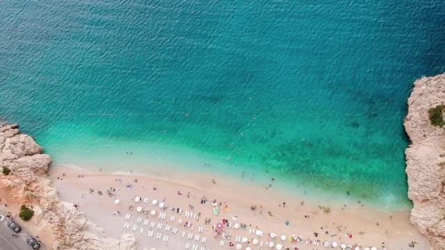 kaş, antalya, türkiye'de akdeniz ve kaputas plajına havadan bak. - ihsangercelman stok videoları ve detay görüntü çekimi