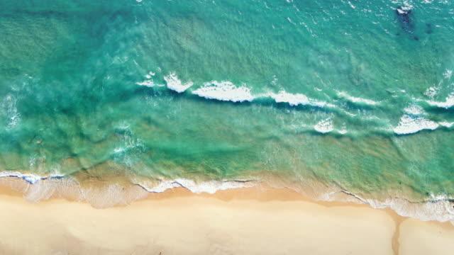 vidéos et rushes de 4k uhd vue aérienne vue top vue belle plage topique avec du sable blanc. vue supérieure plage vide et propre. belle plage de phuket est célèbre destination touristique à la mer d'andaman. - mer d'andaman