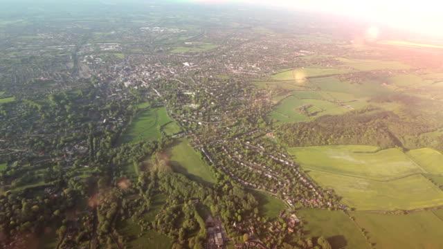 Vista aérea cidade e país no sol.   EM HD - vídeo