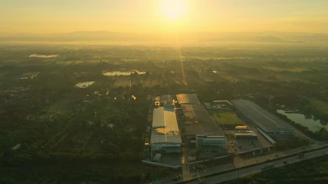 flygfototrafik på motorväg norr om thailand - biltransporttrailer bildbanksvideor och videomaterial från bakom kulisserna