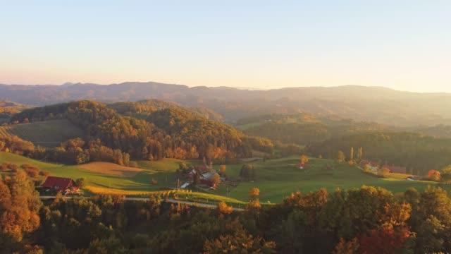 ws vista aerea tranquilla, idilliaco paesaggio autunnale ondulato, slovenia - paesaggio collinare video stock e b–roll