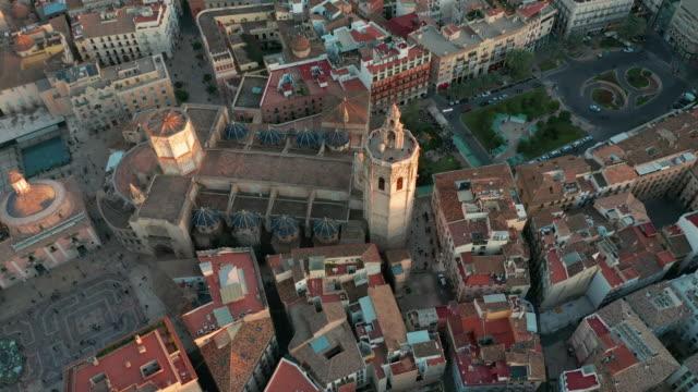 Luftbild. Valencia, Spanien. Platz der Heiligen Maria bei Sonnenuntergang – Video