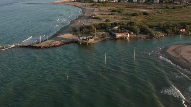 gün batımında nehrin denize döküldüğü havadan görünüm - ravenna stok videoları ve detay görüntü çekimi
