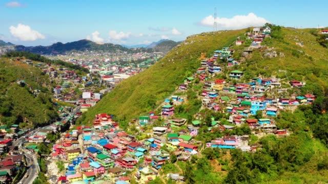 vista aerea con un drone di case colorate nella città di la trinidad, benguet, filippine. splendida vista sui tetti colorati in un incredibile paesaggio ladnscape 4k - filippino video stock e b–roll