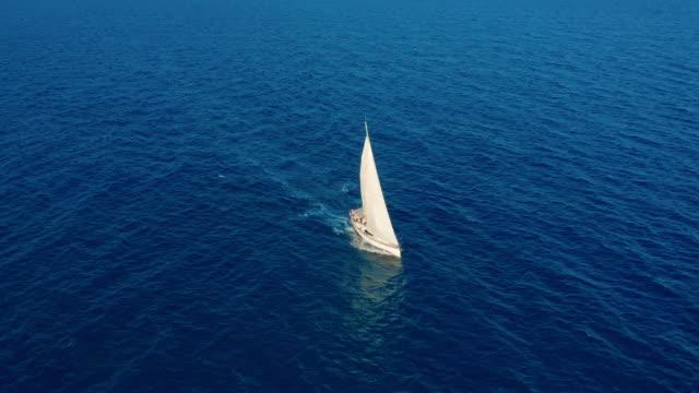 Luftbild. Yachtsegeln auf offenem Meer an sonnigem Tag. Segelboot im Meer – Video