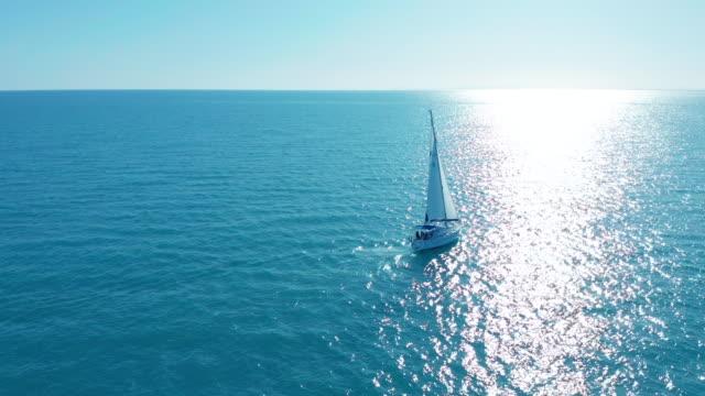 Luchtfoto. Jacht zeilen op geopende zee. Zeilboot. Jacht van bovenaf. Zeilen op Windy Day video
