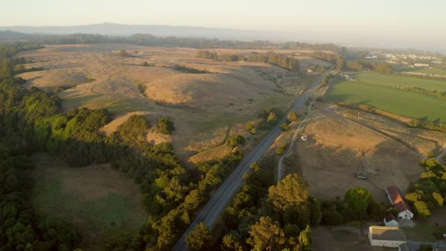 vídeos de stock e filmes b-roll de aerial views of highway 1 at sunset close to santa cruz, california. - estrada 001