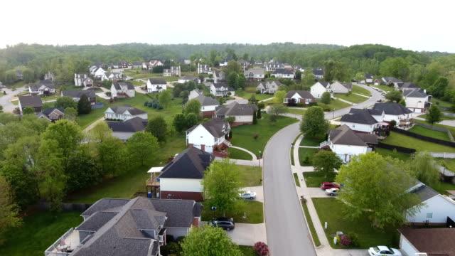 aerial views of neighborhood in the rolling hills of tennessee - жилой район стоковые видео и кадры b-roll