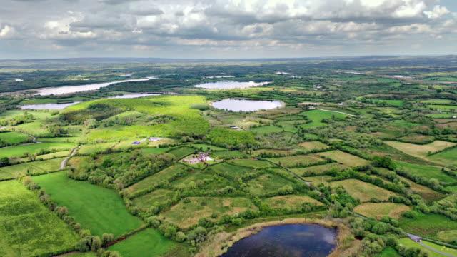 aerial views of river erne in cavan near border - spektakularny krajobraz filmów i materiałów b-roll