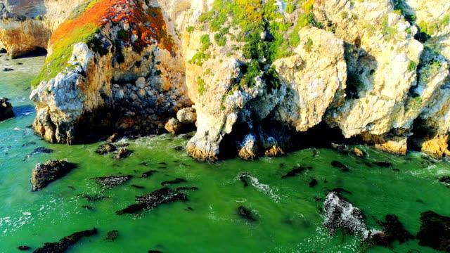 vídeos de stock e filmes b-roll de aerial views on avila beach - estrada 001