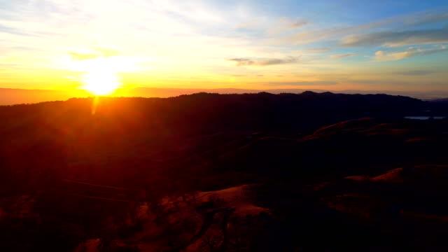 vidéos et rushes de vues aériennes - chaîne de montagnes