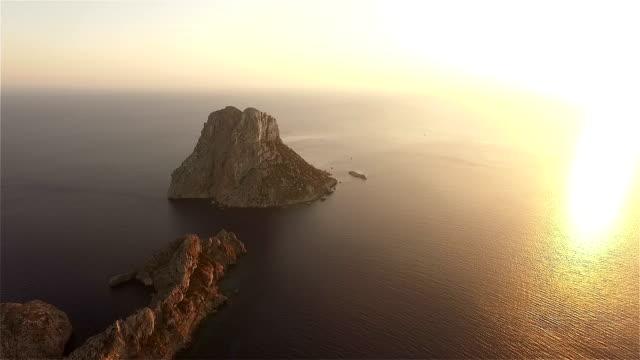 vídeos de stock e filmes b-roll de vista aérea da ilha de es vedra vue - ibiza