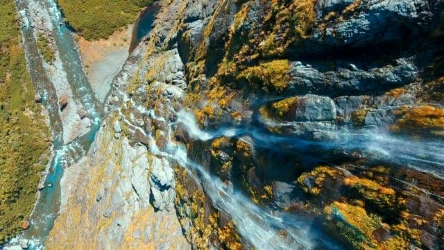 vídeos y material grabado en eventos de stock de cascada aérea en la selva tropical - nueva zelanda