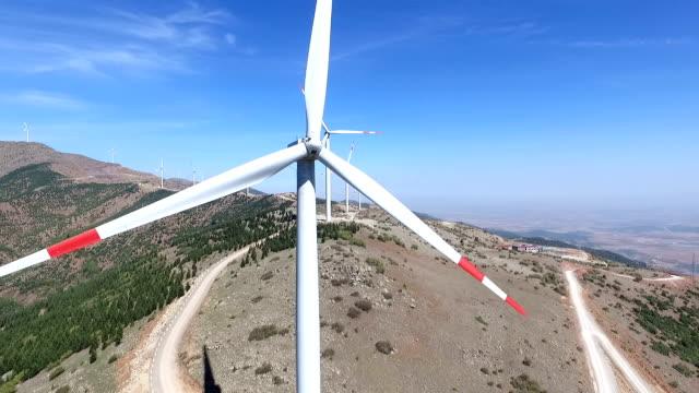 vídeos de stock e filmes b-roll de turbinas eólicas aérea - wellington