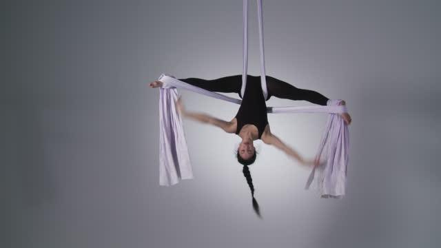 aerial yoga inverted splits - gympingdräkt bildbanksvideor och videomaterial från bakom kulisserna