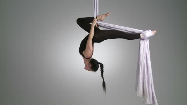 vidéos et rushes de vue aérienne du yoga à l'envers - justaucorps