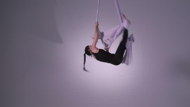 vidéos et rushes de vue aérienne de yoga se divise et des effets - justaucorps