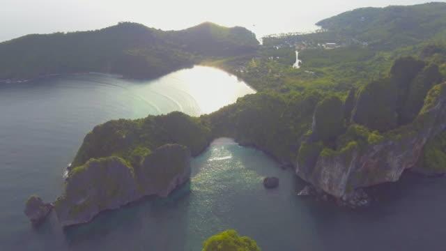 stockvideo's en b-roll-footage met luchtfoto: prachtige eiland - grace bay