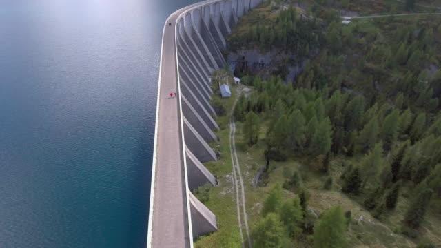antenne: damm auf lebenstilen lago fedaia, italien - staudamm stock-videos und b-roll-filmmaterial